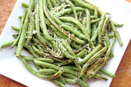 Oven Roasted Garlic Green Beans from #5 Dinners | Easy Thanksgiving Side Dishes | MoneywiseMoms