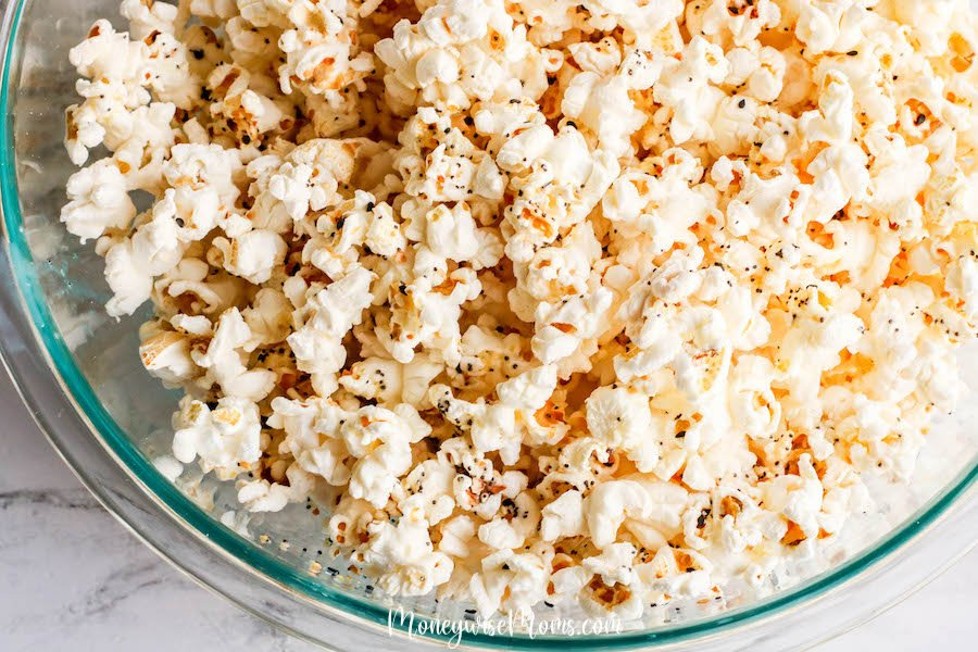 Everything bagel seasoning has become quite the craze. This popcorn recipe using everything bagel seasoning is delicious and so easy to make. You'll love this savory popcorn recipe that you can make at home!
